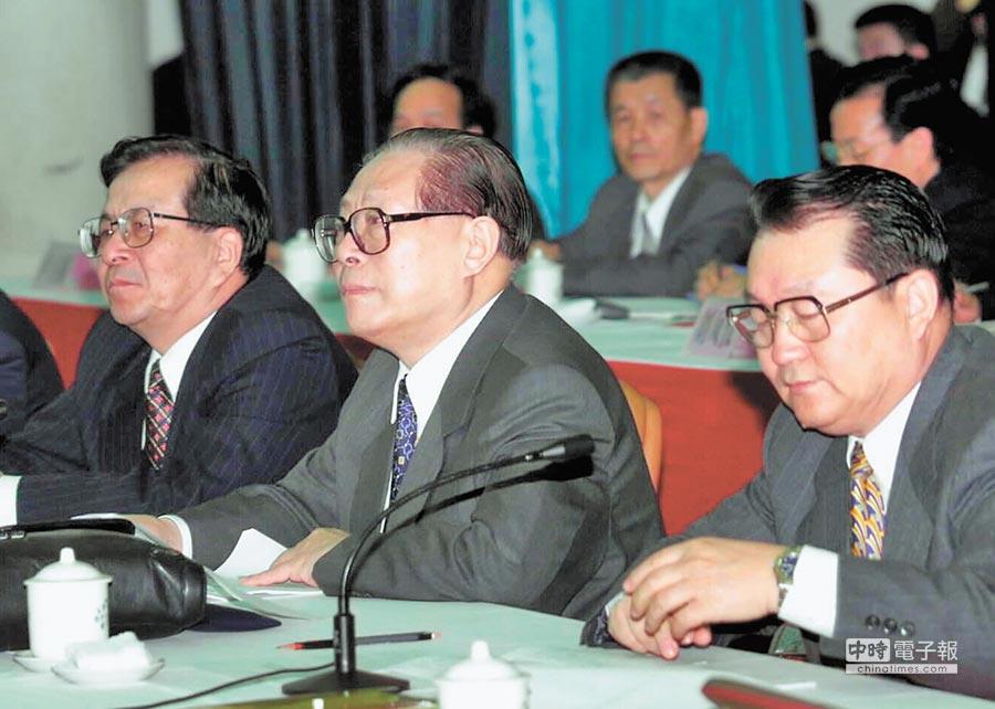2000年2月,時任大陸國家主席江澤民與辦公室主任曾慶紅(左)。(新華社)