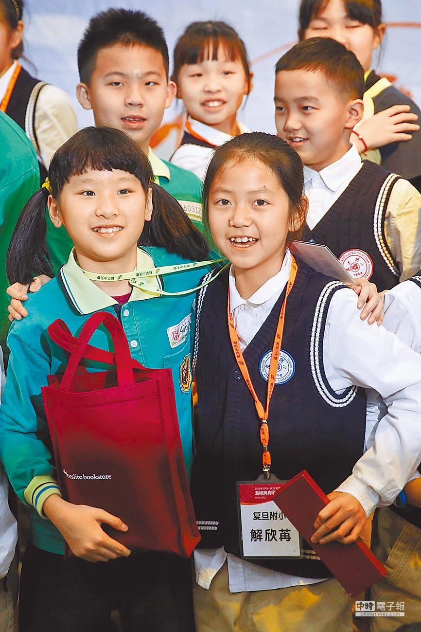 第16屆海峽兩岸和平小天使互訪交流活動3月11日在台北舉行,來自上海復旦大學附屬小學的學生與台灣學生相見歡。(中新社)