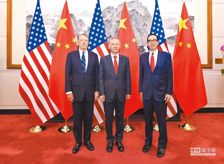 中美新一輪貿易談判在北京登場。圖為3月29日中方談判代表劉鶴與美國貿易代表萊特希澤(左)、財政部長努欽(右)。(新華社)