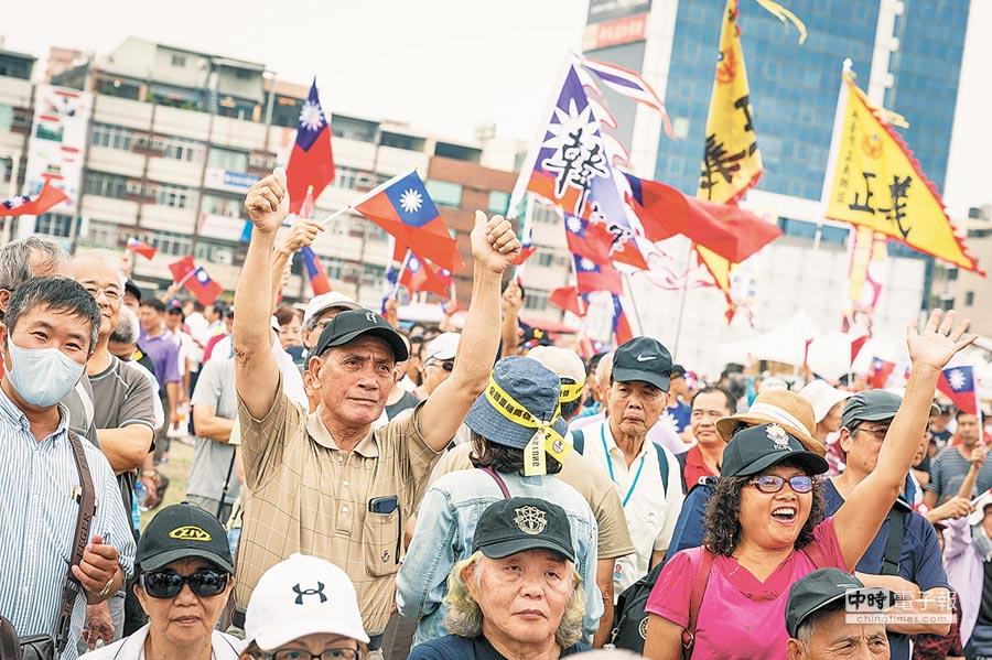 4月27日高雄市韓迷挺韓國瑜選總統,現場氣氛熱烈。(本報系記者袁庭堯攝)