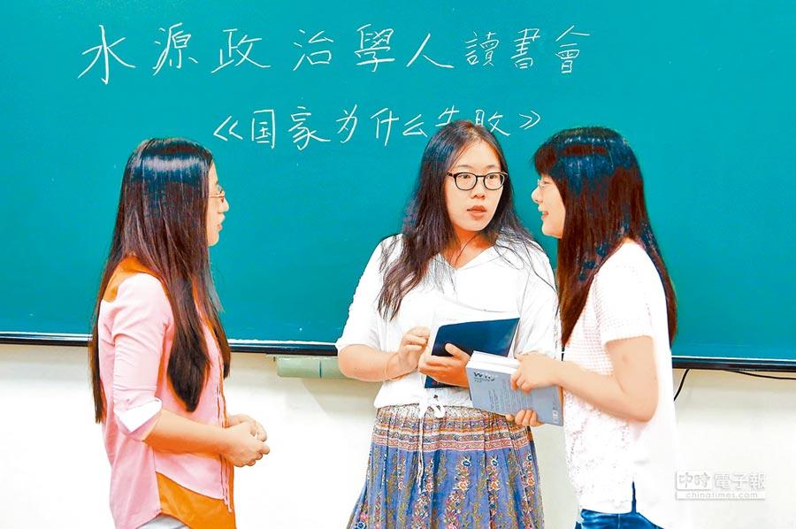 今年陸生有4成留在台灣攻讀下一個階段的學位。圖為陸生在台大研究室討論功課。(本報系資料照片)