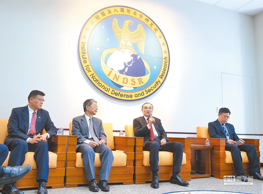 國防安全研究院昨日舉辦一周年院慶活動,國防安全研究院董事長馮世寬(右2)等人出席記者會。(中央社)