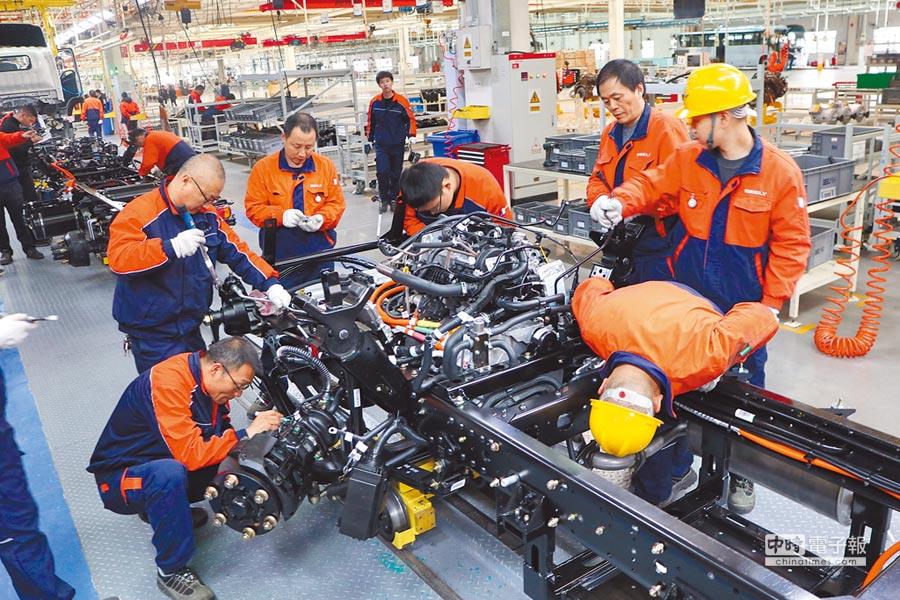 大陸4月官方製造業PMI為50.1%,保持在擴張區間,圖為四川南充某商用車生產線。(中新社資料照片)
