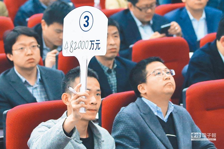 大陸土地供應量減價升。圖為南京土地拍賣會。(中新社資料照片)