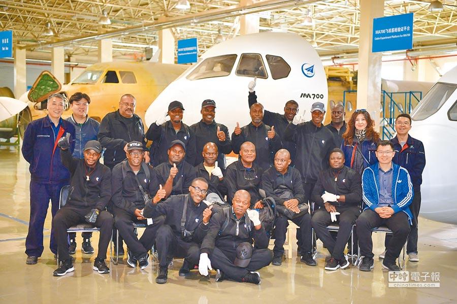 來自安哥拉客戶的22名飛行員和地勤機務人員,在西安接受新舟60飛機交付接機培訓。(新華社)