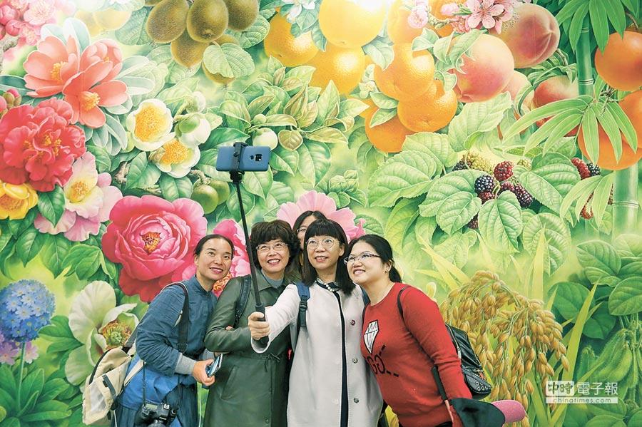 遊客在北京世園會中國館合影留念。(新華社資料照片)