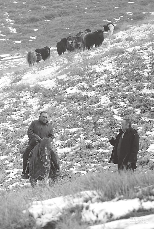 烏魯木齊居民騎馬過著居無定所的游牧生活。(新華社資料照片)