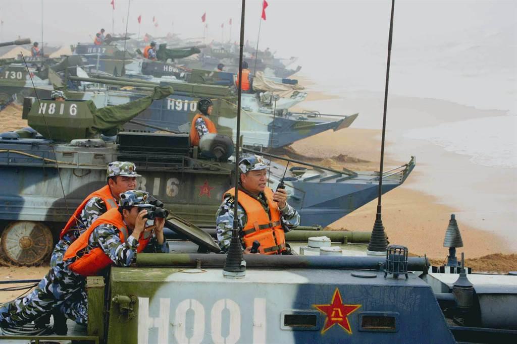美軍事專家認為中共缺乏足夠的兩棲作戰能力,但近年來正著手加強兩棲戰力。圖為中共兩棲登陸車在青島演習。(圖/美聯社)