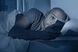 千萬母湯!睡前這姿勢滑手機恐失明