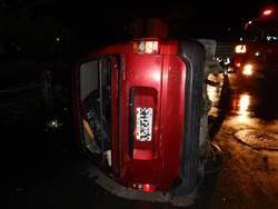 男酒駕自撞電信箱 翻車後衝破瓦斯管