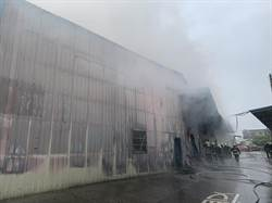 台中驚傳鐵皮工廠火警 20輛消防車灌救中