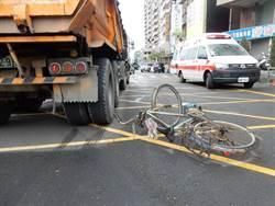 命大!九旬翁騎單車撞砂石車無礙