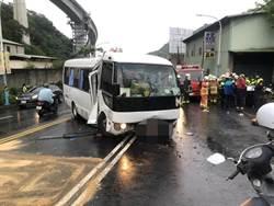新莊特教生專車撞路墩 8人受傷司機昏迷
