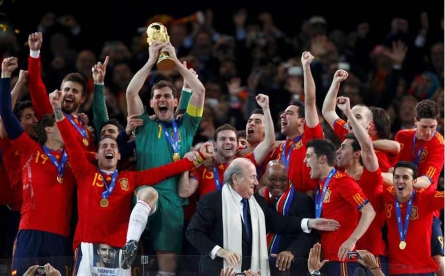 2010年卡西亞斯(綠球衣)以當家門神之姿,帶領西班牙贏得隊史首座世足冠軍。(路透資料照)