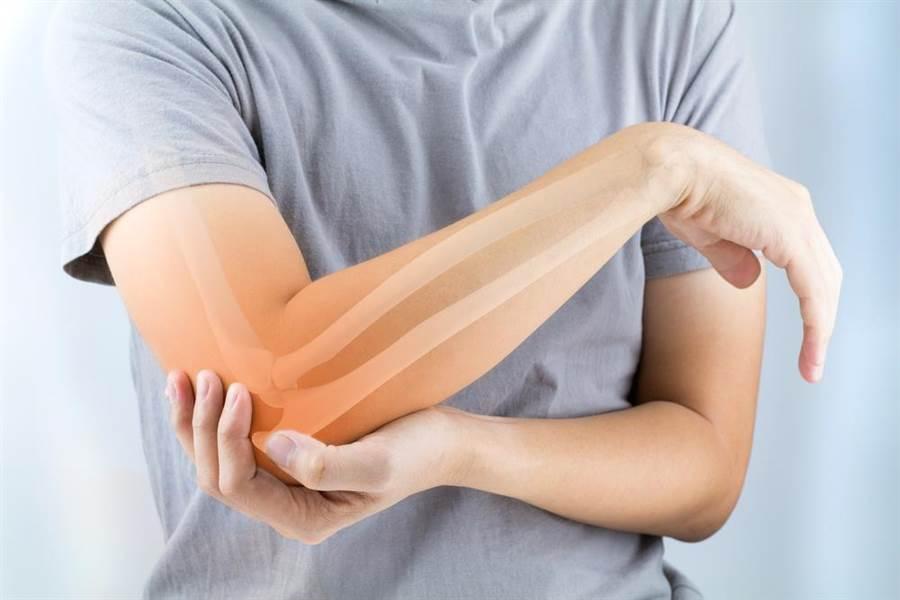 鈣質攝取不足,不僅易骨質疏鬆外,更可能增加糖尿病、高血壓風險。(圖/達志影像)