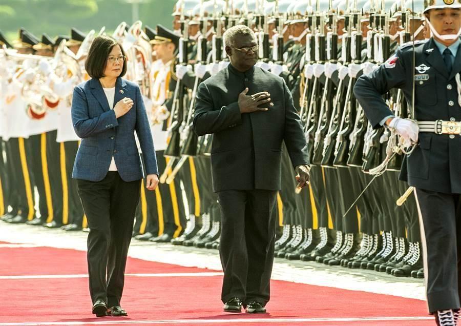 蔡英文總統主持軍禮,歡迎索羅門群島蘇嘉瓦瑞總理(右),兩人一同校閱三軍儀隊。(鄭任南攝)