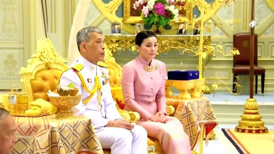 泰王瓦吉拉隆功梅開四度,和前空姐、貼身侍衛指揮官蘇堤達結婚,1日泰國王室與蘇堤達舉行結婚儀式。(圖/路透社)