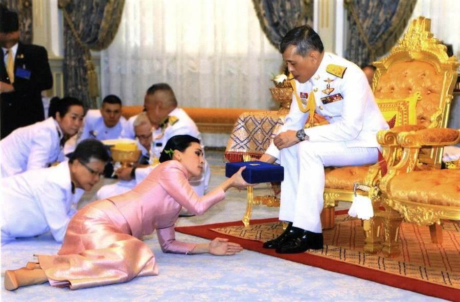 泰王第四任妻子蘇堤達1日正式冊封為泰國王后。(圖/美聯社)