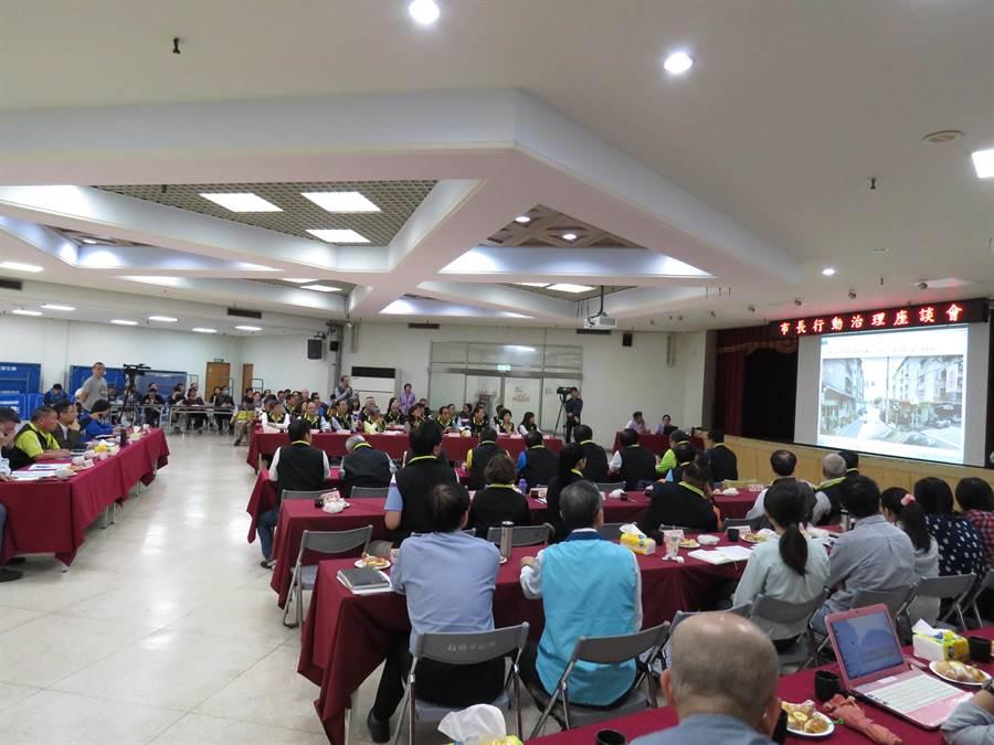 新北市長侯友宜2日上午9時許,到板橋區公所舉辦第2場里長座談會,針對多項議題與里長們進行討論。(葉書宏攝)
