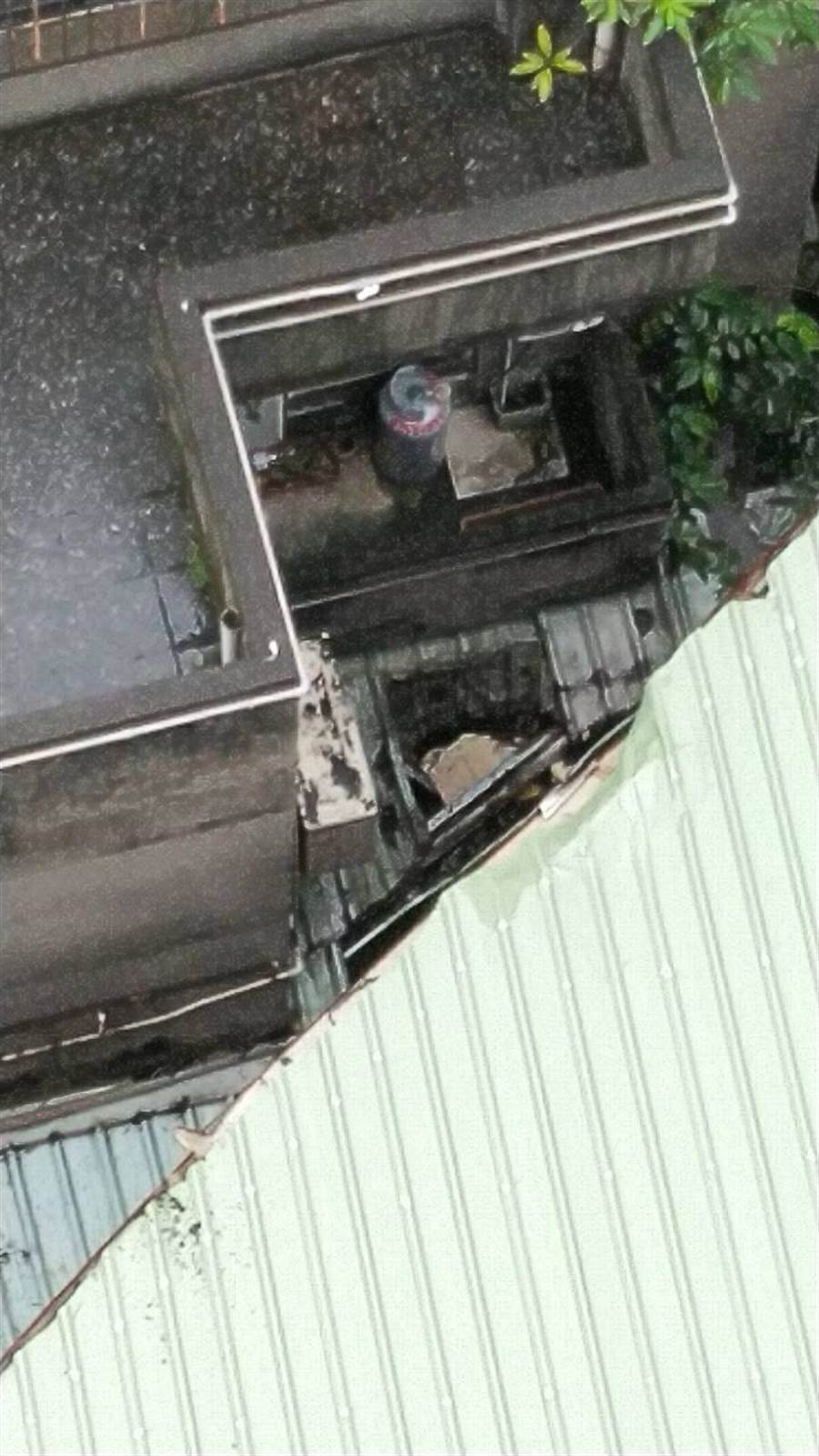 24歲黎姓男子今(2日)上午8時許,被民眾發現墜落在新北市板橋區館前西路大樓後方。(葉書宏翻攝)