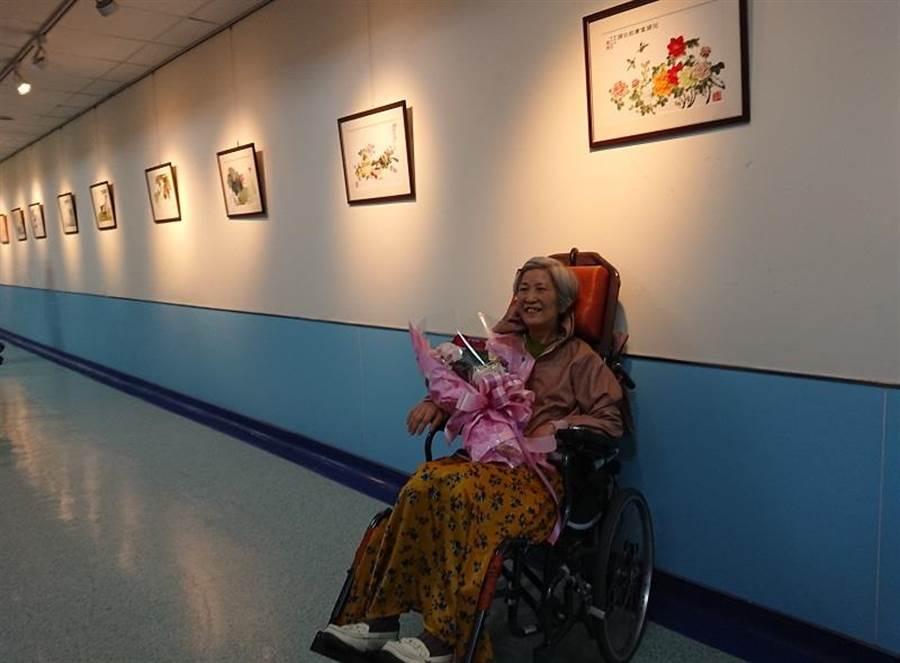 林月姑在北醫附醫的愛心藝廊開辦個人畫展。(陳志祥攝)