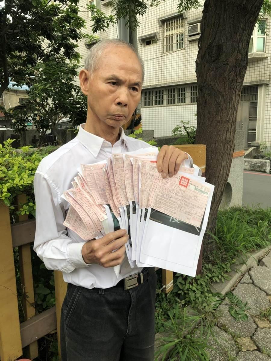 林姓男子一口氣收到19張紅單,加上之前1張,共20張。(吳敏菁攝)