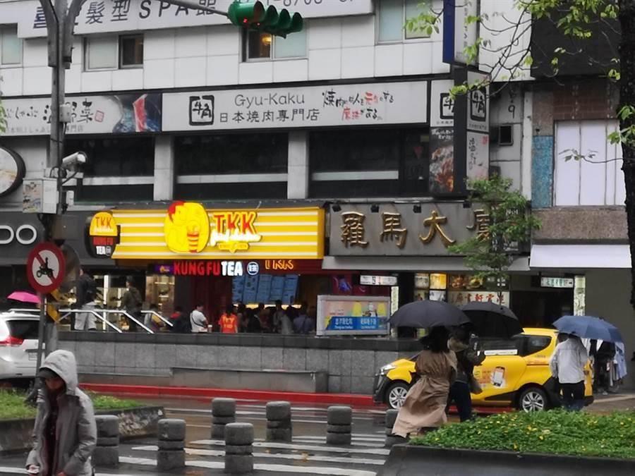 無畏東區逛街人潮減少,頂呱呱攜手美國連鎖珍奶品牌開旗艦店。(圖/姚舜)