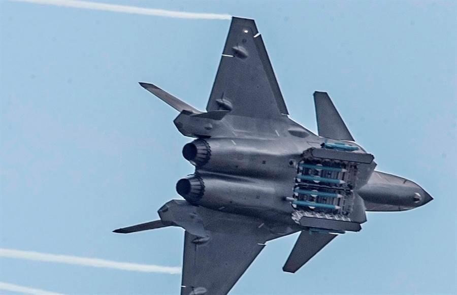 殲-20戰機2018年11月11日在珠海航展的最後一天,打開彈艙,大秀主、副彈艙內的霹靂-15與霹靂-10E飛彈。(中國軍網官網)