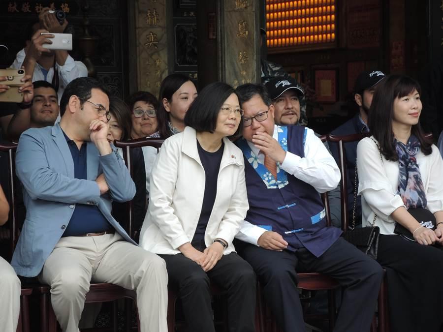 蔡英文總統(左二)與桃園市長鄭文燦(左三)在大溪普濟堂看表演時交頭接耳。(邱立雅攝)