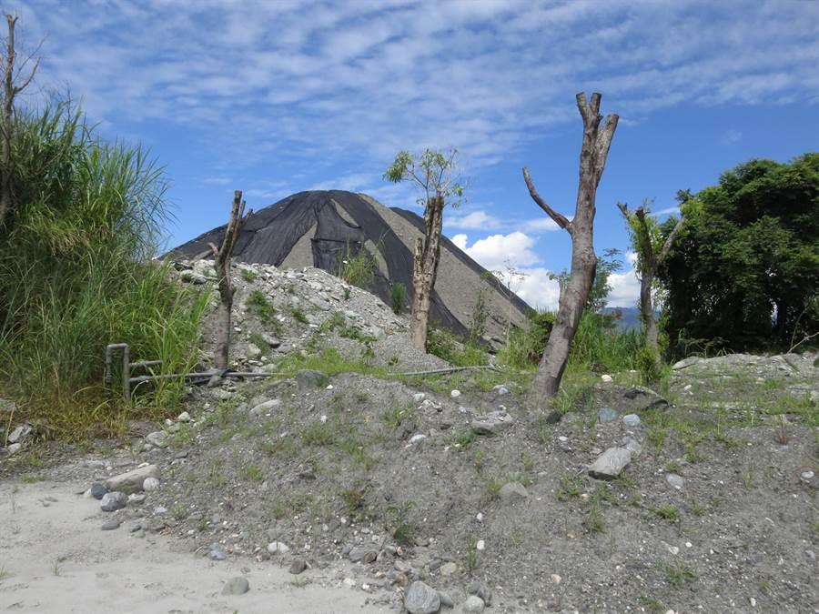 農牧用地未經申請,違規堆置土石。(縣府地政處提供)