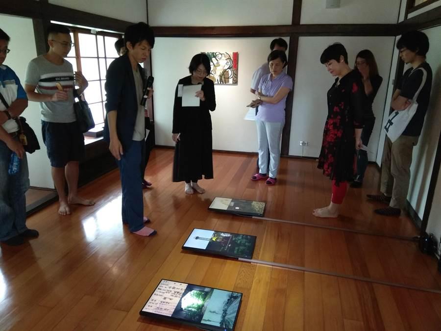 湯川洋康表示,2號作品「製糖業」影片將螢幕放在地板上,是希望讓參觀者可移動他們的視線,關注平常不會注意到的事物。(劉秀芬攝)