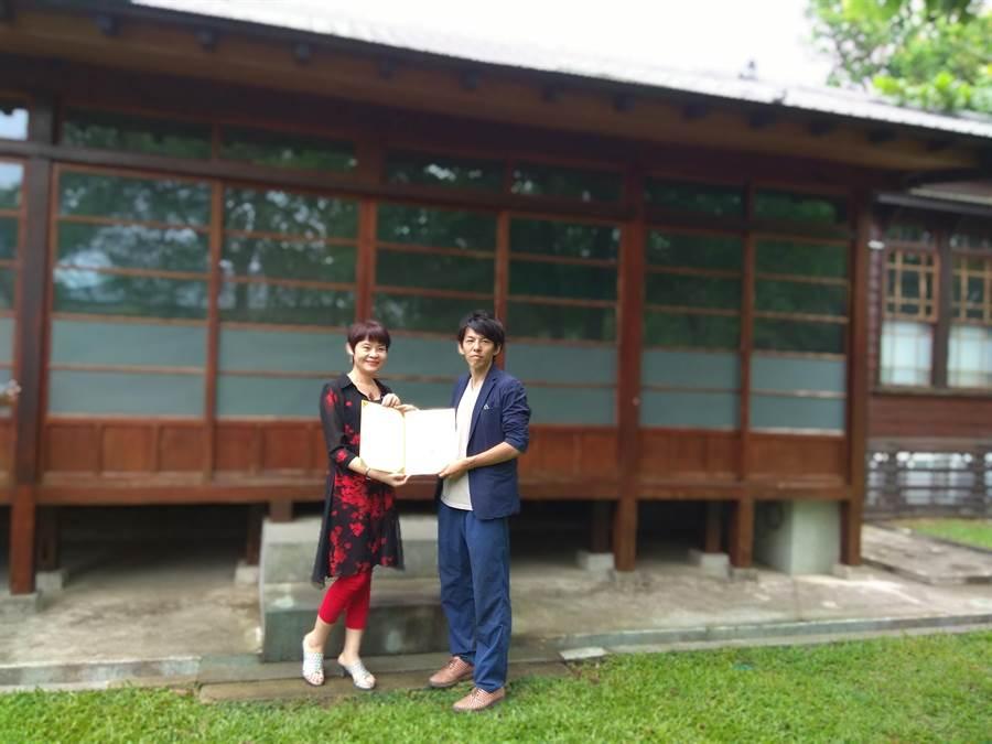 台南市文化局副局長周雅菁(左)頒發感謝狀予總爺國際藝術村駐村藝術家湯川洋康。(劉秀芬攝)