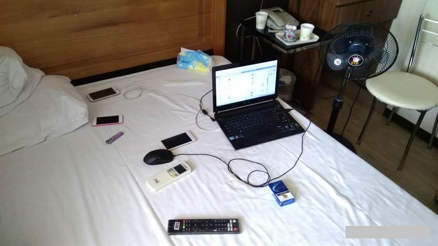警方將林姓男子逮捕到案,查扣涉案手機、筆記型電腦等贓證物。(林郁平翻攝)