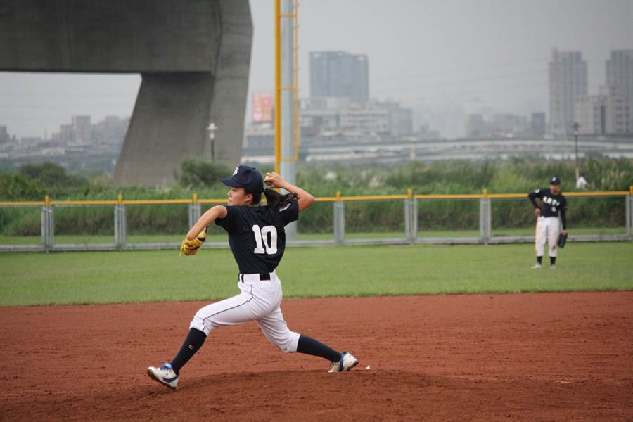 台北市復興實中學生林庭瑋已錄取國內多所公私立醫科,也正式確定錄取台大醫學系。但特別的是,她不只會讀書,其實也曾是2016年黑豹旗全國高中棒球大賽中,創下第一位女投手單場12K的球員。(林庭瑋提供)