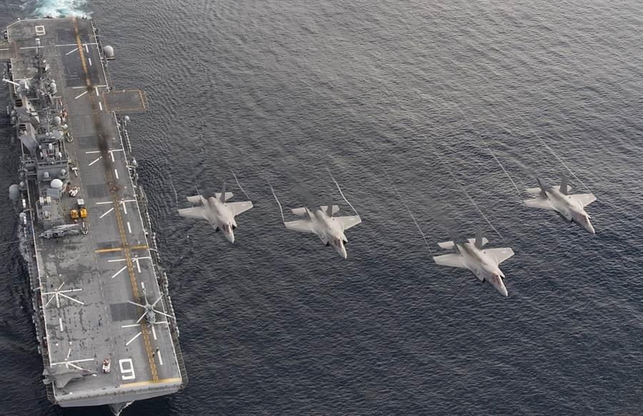 4架F-35B戰機在太平洋海域上空飛越「美利堅」號兩棲突擊艦的資料照。(美國海軍)