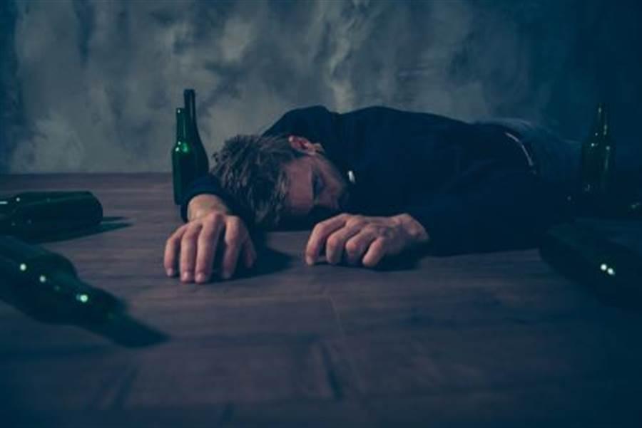 偽裝情緒! 美研究:服務業易酗酒(圖片取自/達志影像)