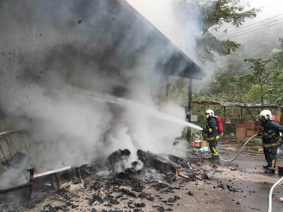 北埔冷泉旁的鐵皮屋火警,消防人員很快撲減火勢。(羅浚濱翻攝)