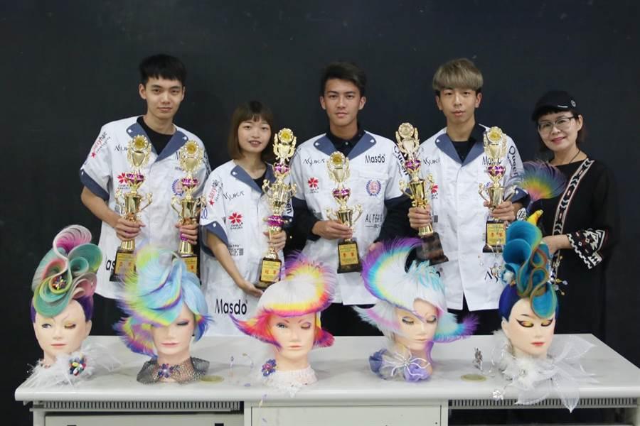 弘光美髮系大一生首次挑戰現場實作賽, 亞洲盃奪1金3銀2銅。(陳淑娥攝)