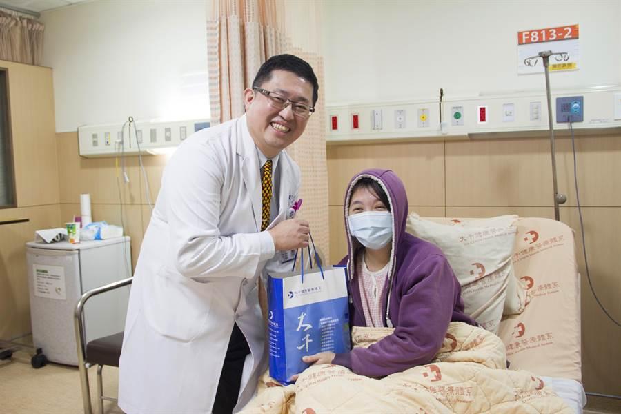 黃女術後狀況恢復良好,大千綜合醫院醫療副院長林敬旺送營養品祝早日康復。(何冠嫻翻攝)