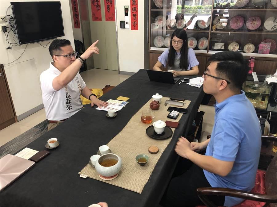 台中市第七選區立委擬參選人莊子富(左起)協助茶商赴大陸茶文化博覽交易會設攤,行銷台灣茶。(林欣儀翻攝)