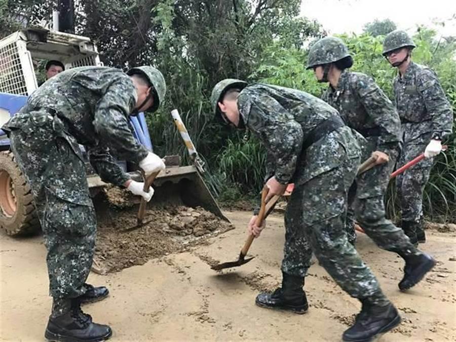 國軍官兵救災,一般均都穿著迷彩服。圖陸軍提供