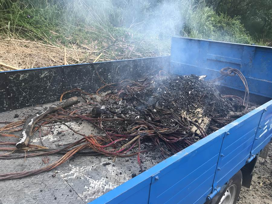 謝男租用小貨車將電纜線載到山區焚燒,因不斷冒煙,被巡邏員警發現。(王文吉翻攝)