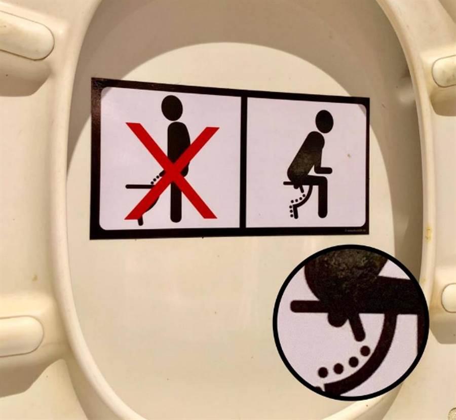 男網友到餐廳上廁所,發現馬頭上黏了一張貼紙,建議男性「蹲坐小便」。(圖/ 翻攝自臉書@中央聖學子)