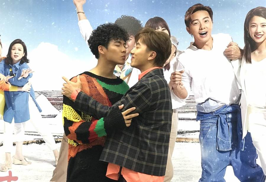 坤達、吳念軒重溫「男男吻」搞笑畫面。(林淑娟攝)