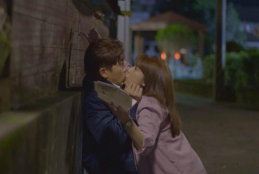 坤達、林思宇劇中上演「臭豆腐之吻」。(台視)