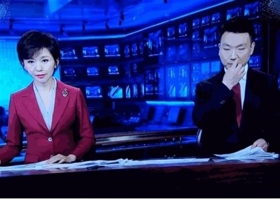 康輝(右)被發現一邊望著鏡頭,一邊用手指挖鼻。(圖片摘自網路)