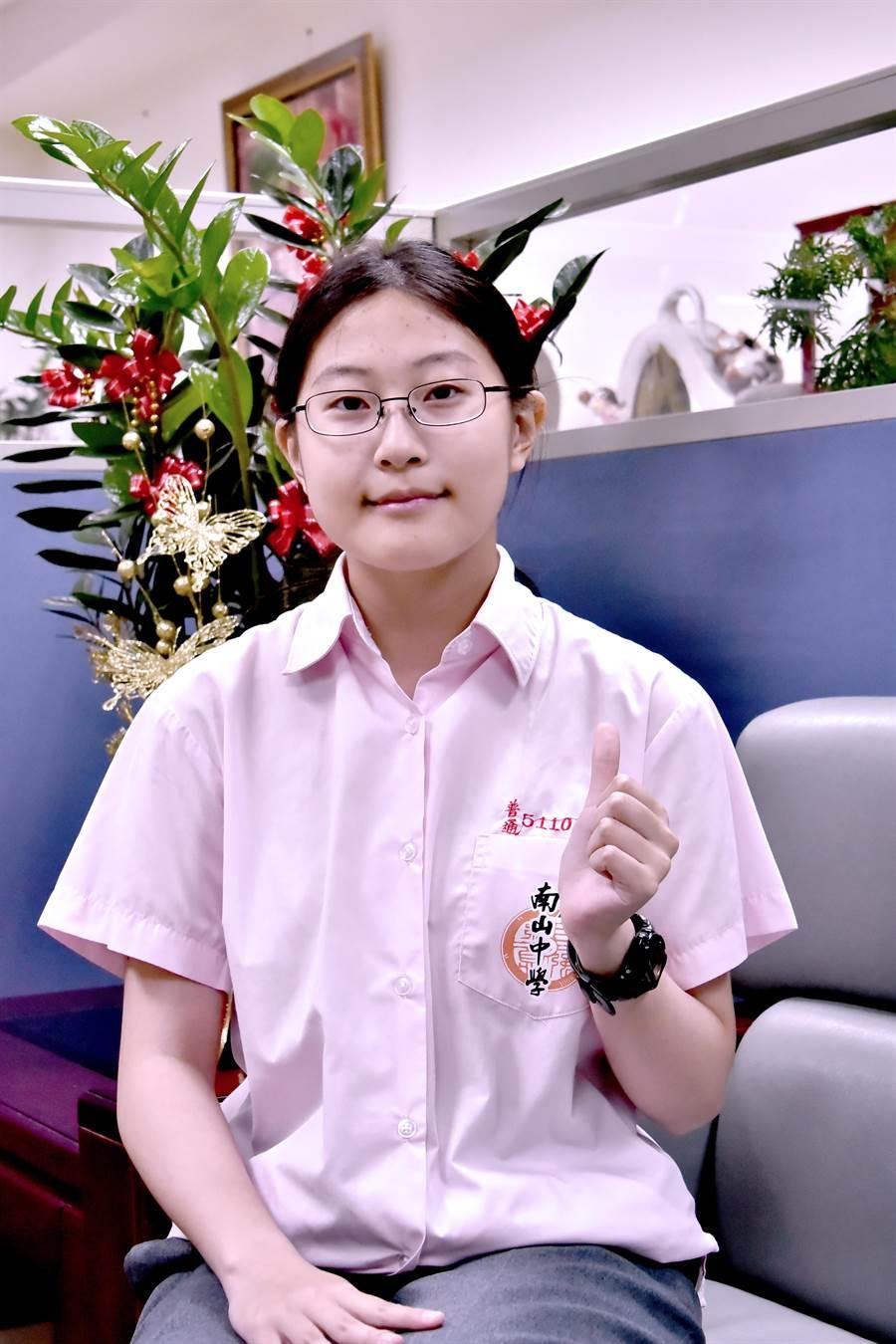 南山中學學生吳中薇學測75級分為新北市女狀元,繁星錄取台大醫學系。(葉書宏攝)