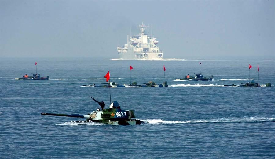 美軍戰略報告認為,中共海軍快速發展,讓美軍在台海衝突時將面臨時間與距離上的重大劣勢。圖為共軍進行兩棲登陸演習。(圖/新華社)