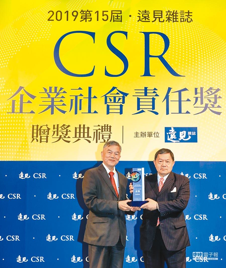 遠東新董事長徐旭東接受經濟部長沈榮津的頒獎。圖/業者提供