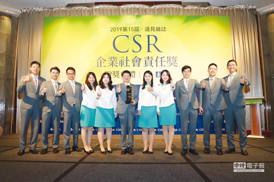 玉山金控總經理黃男州(中)帶領團隊領取遠見CSR獎最高殊榮「年度榮譽榜」,再創金融業紀錄。圖/玉山金控提供